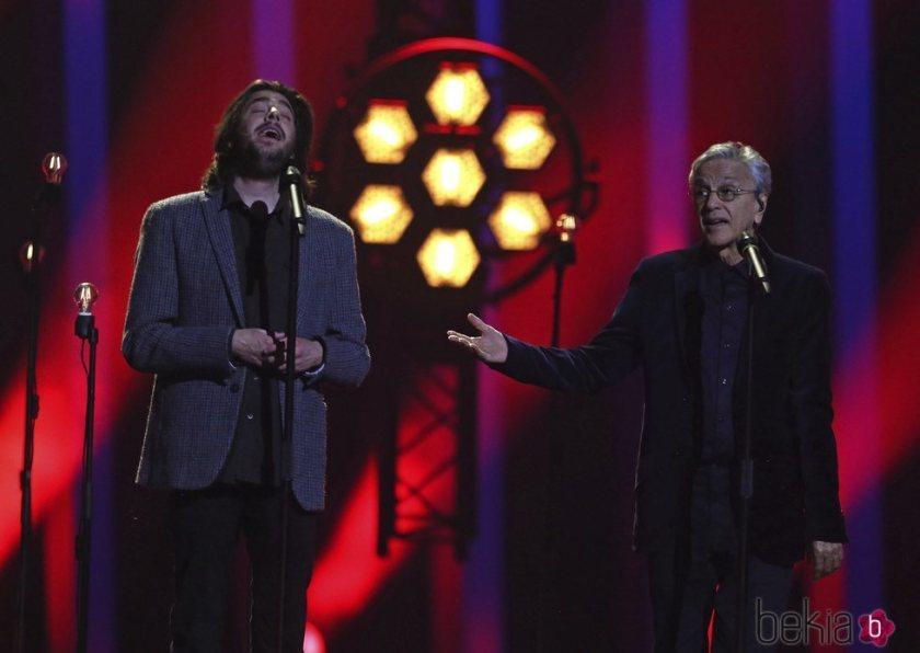 128207_salvador-sobral-caetano-veloso-actuando-final-eurovision-2018